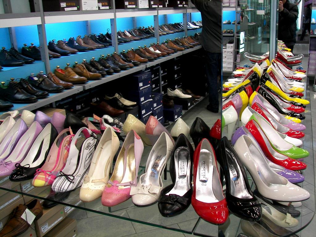 Puglia furto record, banditi rubano da un negozio di calzature 1500 paia di scarpe