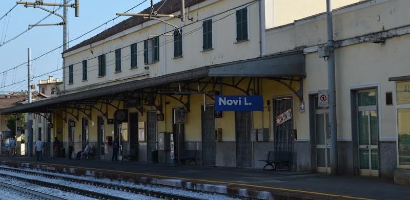 Tragedia sui binari, 21enne si siede sul bordo del binario con la testa tra le mani, il treno passa e lo travolge