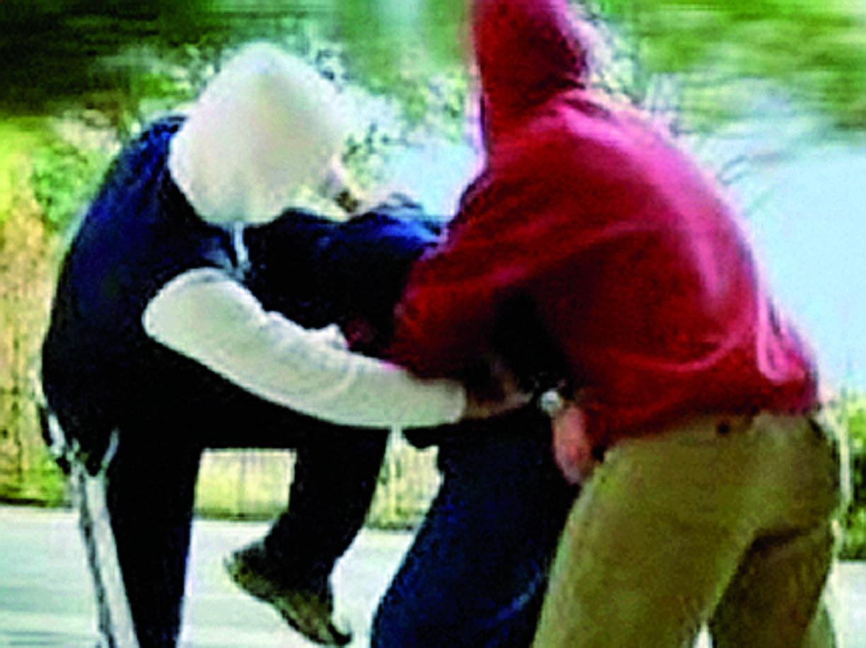 Gruppo di ragazzini minorenni picchia un anziano indifeso, il video postato il web si rivolta