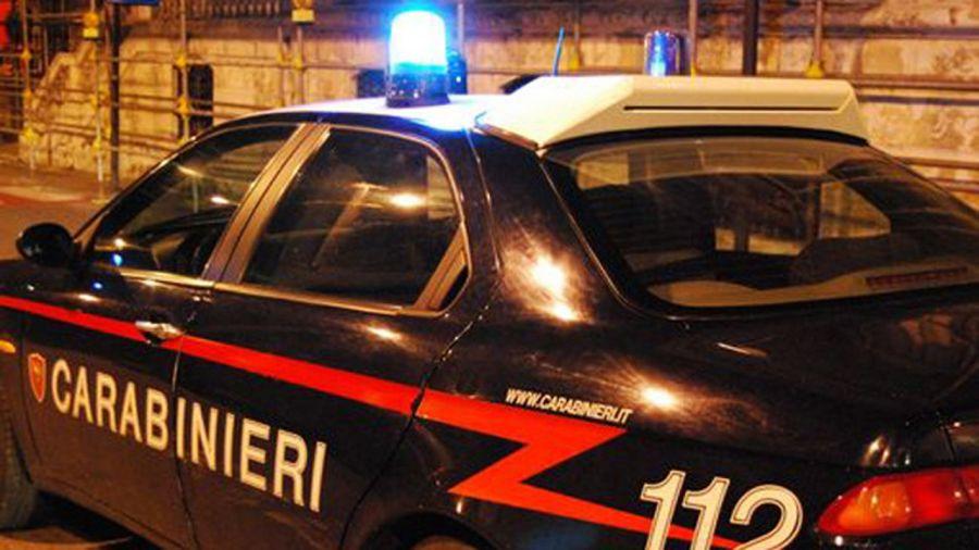 Attimi di terrore, tre rapinatori sbarrano la strada a un'auto per rapinare fidanzati
