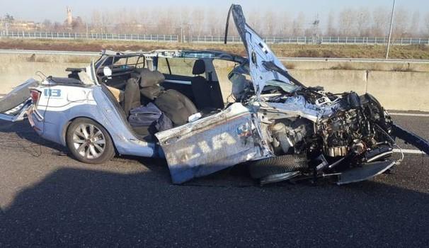 Puglia autostrada A14, auto polizia stradale e un altro mezzo fermo travolti da un tir