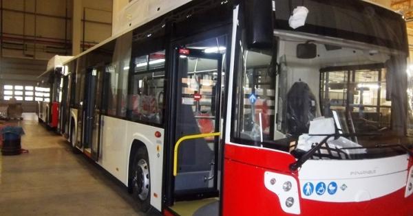 Bari corso Alcide de Gasperi, fitto lancio di sassi contro bus dell'Amtab, panico a bordo