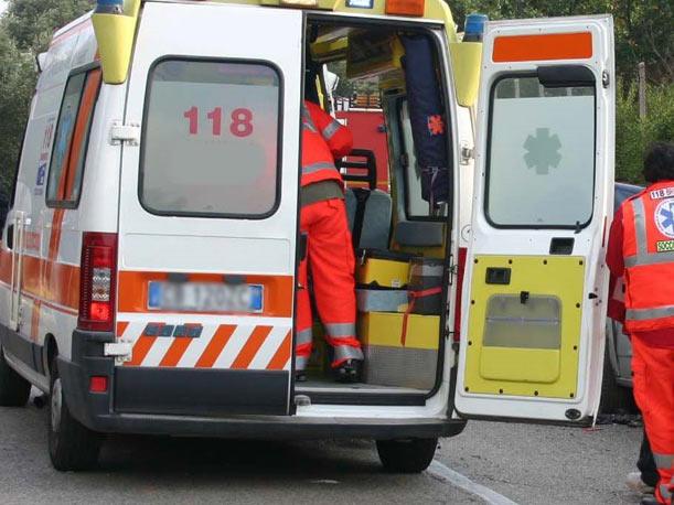 Puglia, violentissimo incidente stradale, furgone prende in pieno un'auto