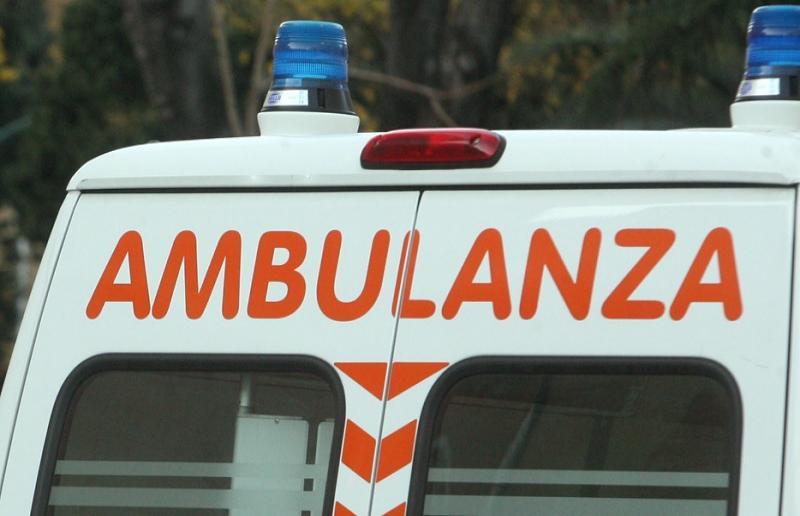 Bari, violento scontro tra un'auto e uno scooter, feriti due ragazzi