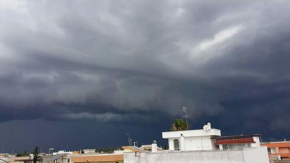 Lecce, tromba d'aria si abbatte sulla città, sradicati alberi e danni ingenti ad edifici