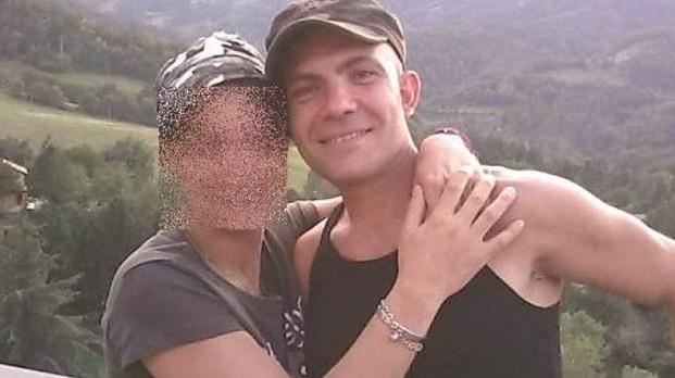 """""""Babbo svegliati, svegliati!"""", 41enne muore mentre giocava sul divano con il figlio di soli 4 anni"""