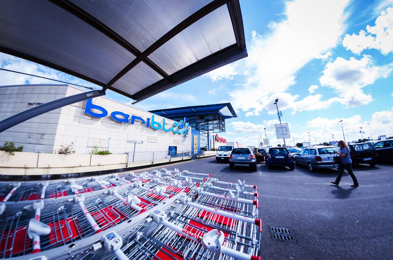 BariBlu, lascia il bambino di soli due anni nell'auto e se va al centro commerciale, donna rischia il linciaggio