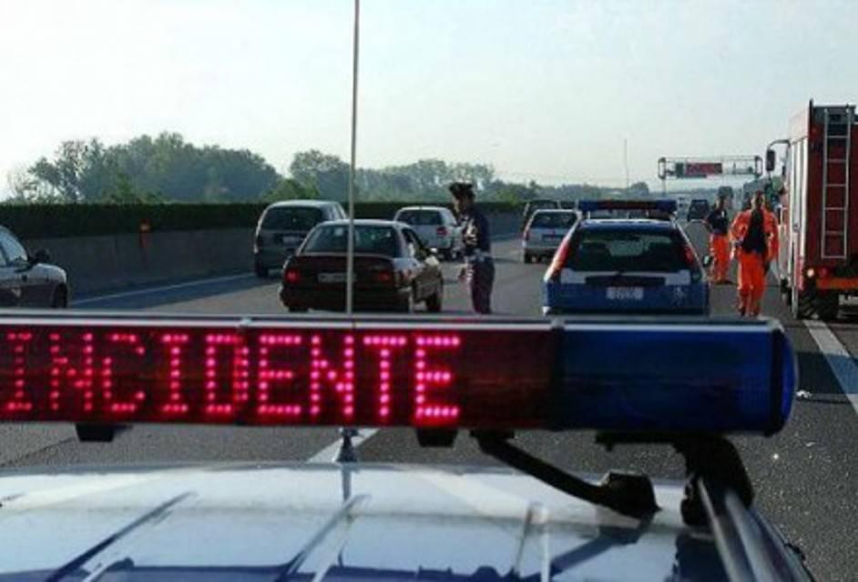 Bari incidente in tangenziale, all'uscita Picone auto si ribalta, conducente trasportato in codice rosso