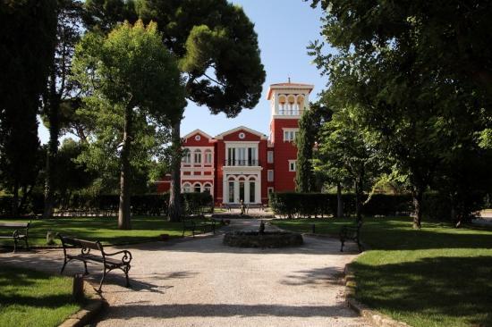 Bari, ladri fanno irruzione nell'hotel Villa Romanazzi e si impossessano di suppellettili di valore