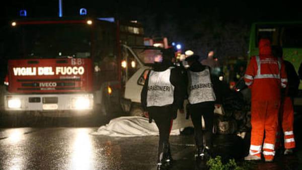 Gravissimo incidente giovane donna mette in salvo i figli, ma muore travolta dalla sua stessa auto