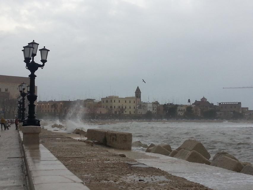 Puglia, allerta meteo arancione, vento forte fino a burrasca e mareggiate