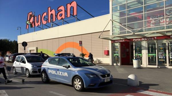 Puglia, banditi seminano il panico nella galleria di Auchan, armati di pistole e mazze ferrate sfondano vetrina di una gioielleria, la polizia rintraccia un complice