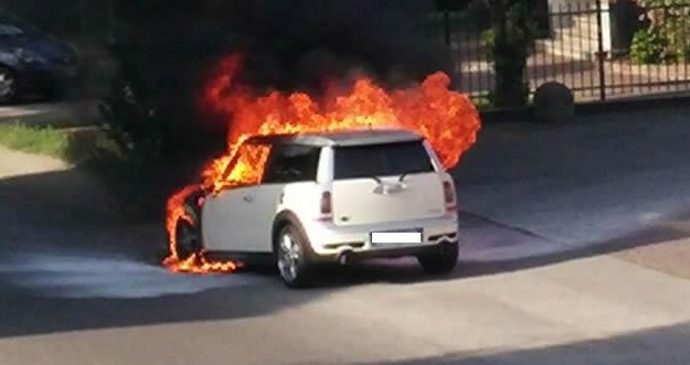 Tragedia sfiorata, l'auto prende fuoco all'improvviso, a bordo papà con bimba di 5 anni, la macchina una trappola infuocata