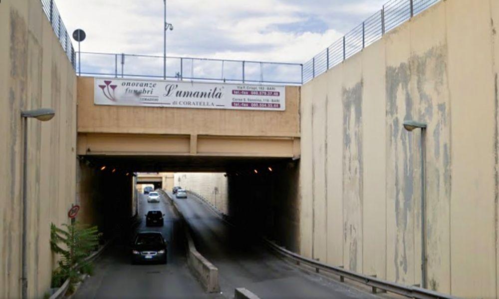 Bari, tremendo impatto al sottopasso di viale Pasteur, auto sbatte violentemente contro guardrail, ferito conducente