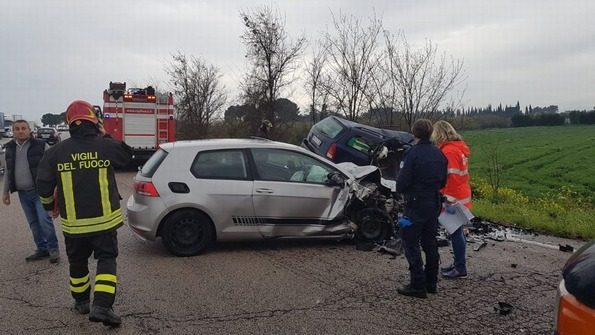 Puglia, gravissimo incidente, sterminata una famiglia, muoiono padre, madre e figlio, gravissimo conducente altra auto