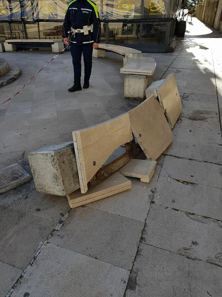 """Bari vile gesto, distrutte panchine in piazza Mercantile, il sindaco """"difficile perdonare certi imbecilli"""""""