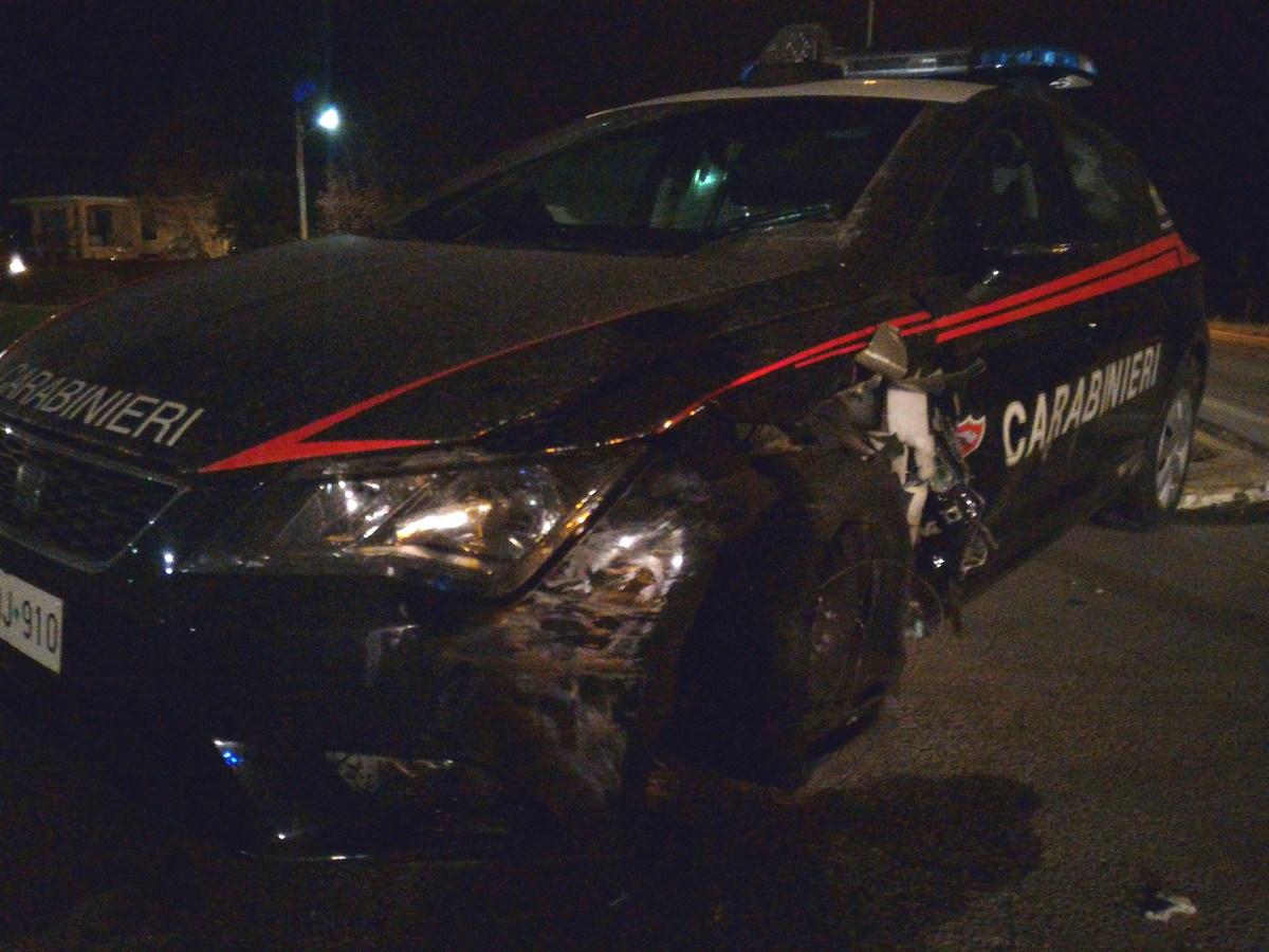 Nel barese, malviventi dopo lungo inseguimento, speronano auto delle forze dell'ordine, due carabinieri feriti