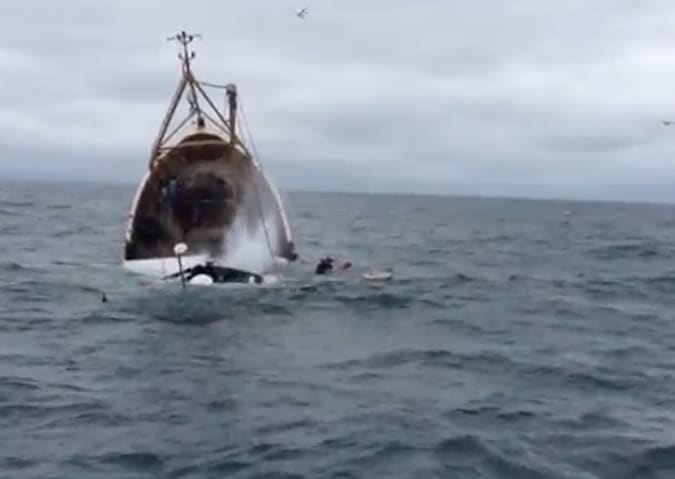 Puglia, collisione all'alba in mare tra due pescherecci, uno affonda