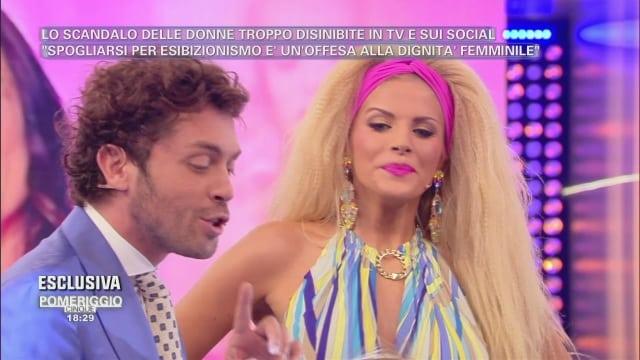Pomeriggio 5, incidente hot per Francesca Cipriani, polemica sul web e imbarazzo per la D'Urso
