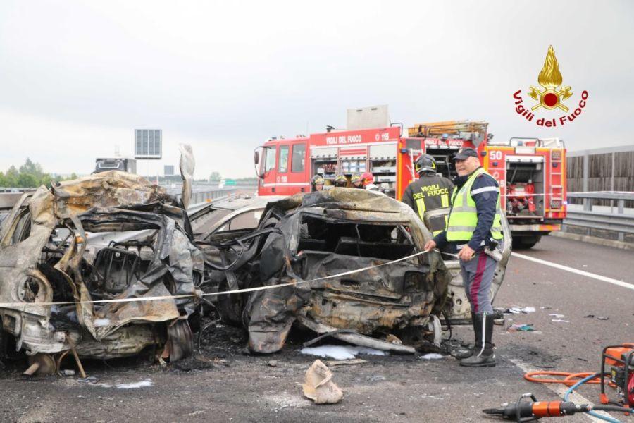 Inferno di fuoco in Autostrada, auto in fiamme, quattro morti carbonizzati, tra le vittime un padre con la figlia 17enne
