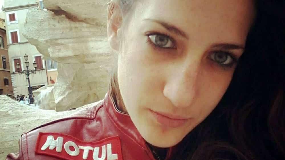 I funerali di Elena uccisa dall'asfalto killer: palloncini bianchi, note di Vasco e il rombo delle moto