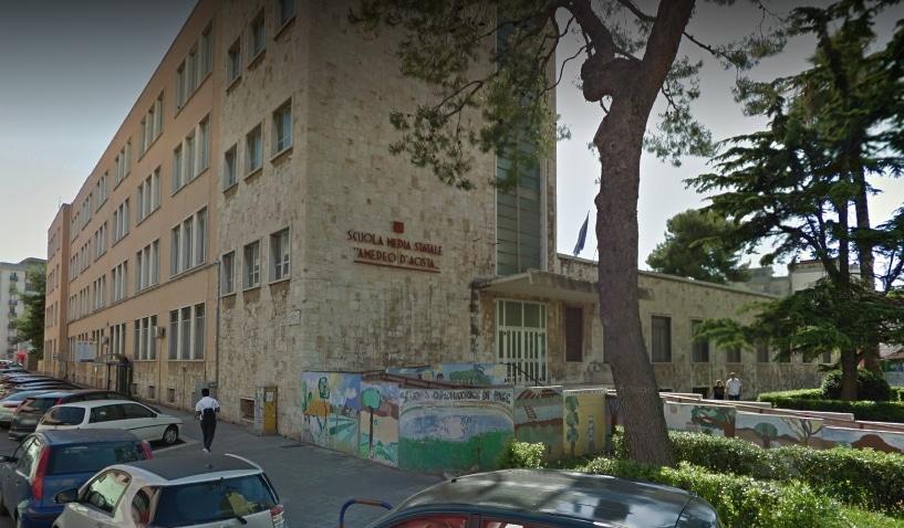 Bari, giovane accoltellato davanti a scuola media: è in gravi condizioni
