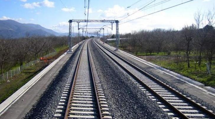 Puglia, uomo travolto e ucciso da un treno in transito, linea ferroviaria adriatica bloccata