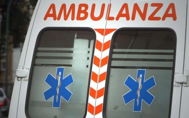 Puglia, spaventoso incidente stradale, si staccano sbarre di ferro trasportate da un autocarro colpendo un'auto e un furgone, due i feriti