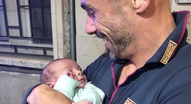 Neonato di un mese abbandonato in pieno centro, la Polizia sta cercando i genitori