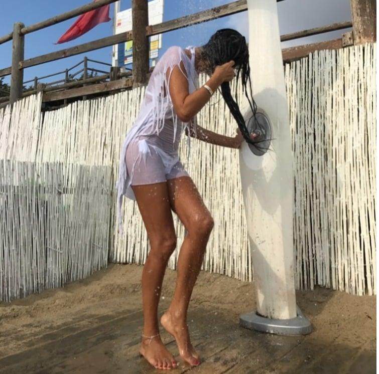 Pamela Prati, doccia bollente in spiaggia, il suo fisico a 60 anni è da urlo!