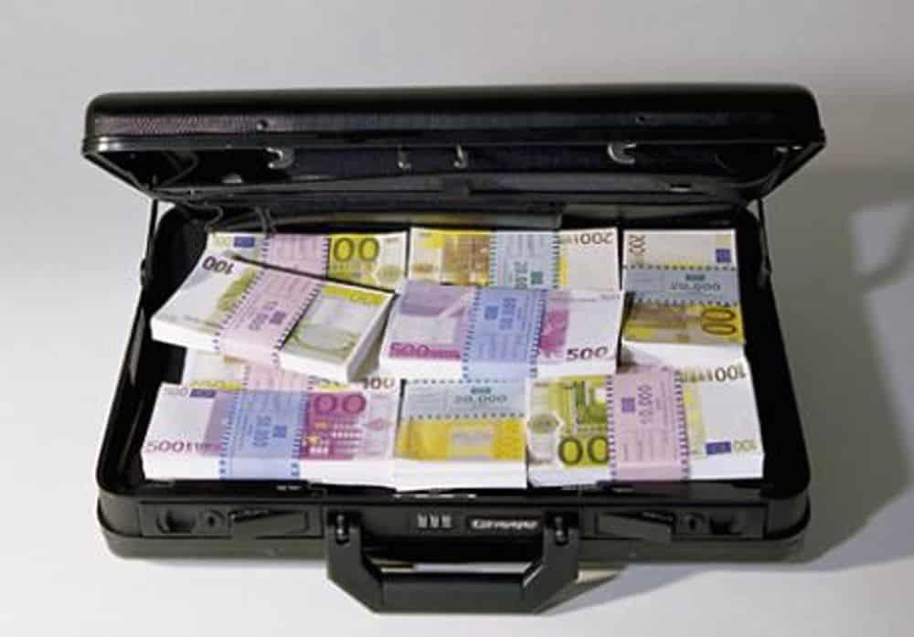 Commercianti dimenticano nel bus borsa con un ingente somma di denaro in contanti, ritrovata