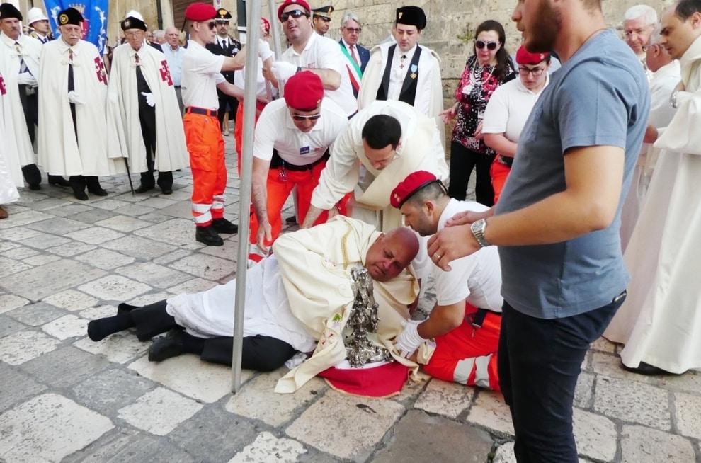 Puglia, processione Corpus Domini, arcivescovo cade da cavallo rovinando pesantemente sull'asfalto, ferito