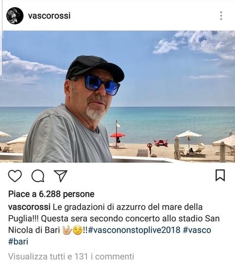 Vasco Rossi, relax prima del concerto di oggi in un lido nel barese, l'entusiasmo dei suoi numerosi fan