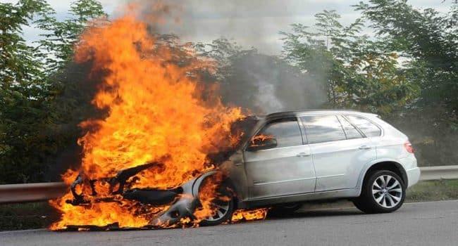 Bari, attimi di panico in tangenziale, auto prende improvvisamente fuoco