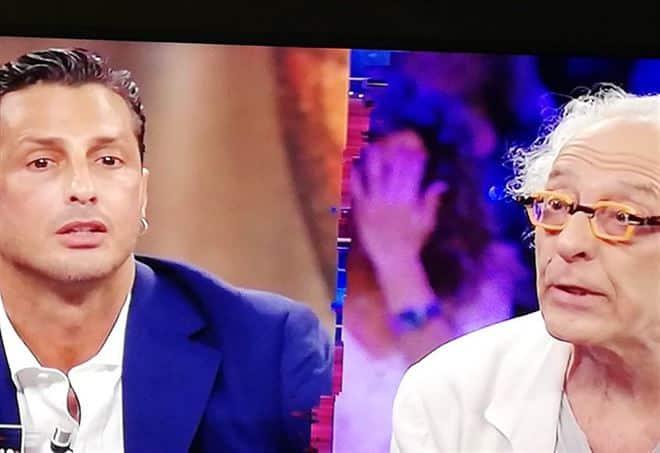 """Rissa in tv tra Corona e Mughini, il re dei paparazzi al giornalista """"Ti compro e ti metto in giardino a scrivere libri"""""""