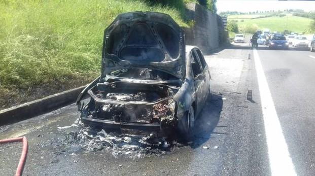 Capotta, la Fiat 500 va a fuoco, automobilista eroe si ferma e la salva