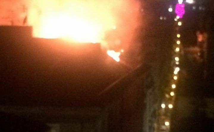 Bari, vasto incendio nella notte in un attico al quartiere Libertà