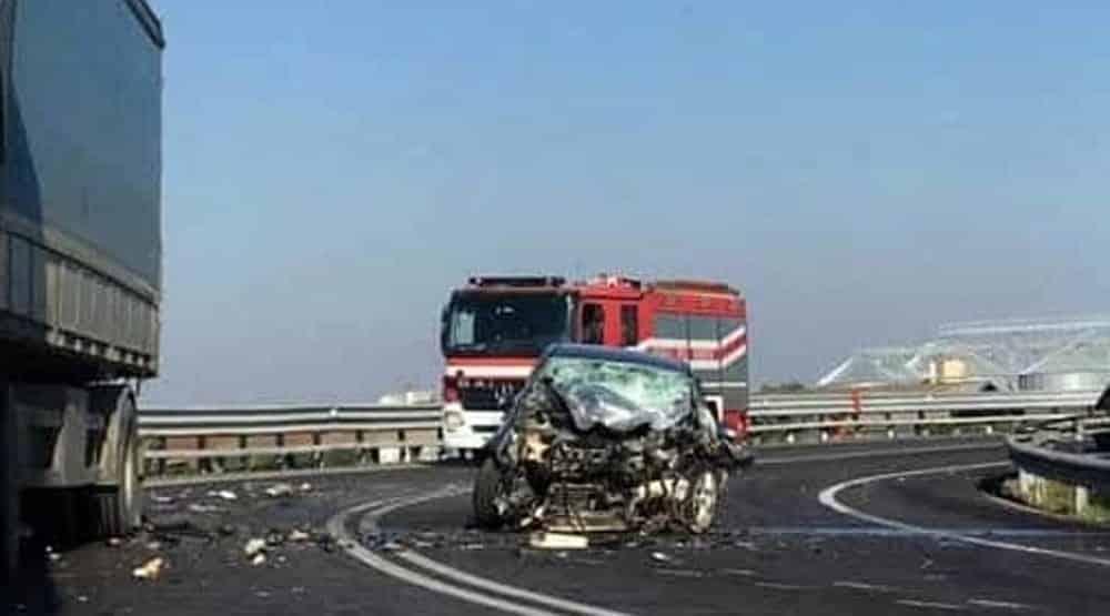 Puglia, terribile incidente stradale, muoiono padre e figlia di 4 anni, gravissima la madre sbalzata fuori dall'abitacolo