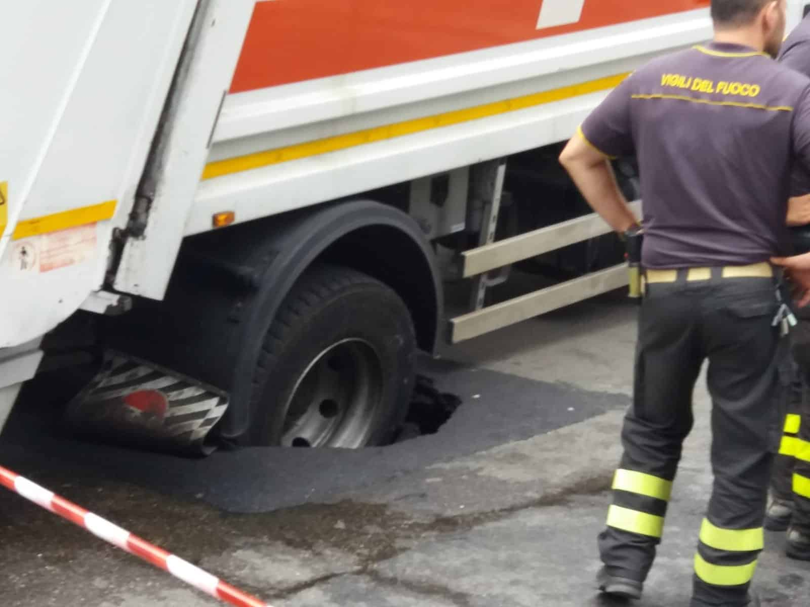 Bari, voragine in pieno centro, in via Melo cede asfalto, camion dell'Amiu incastrato
