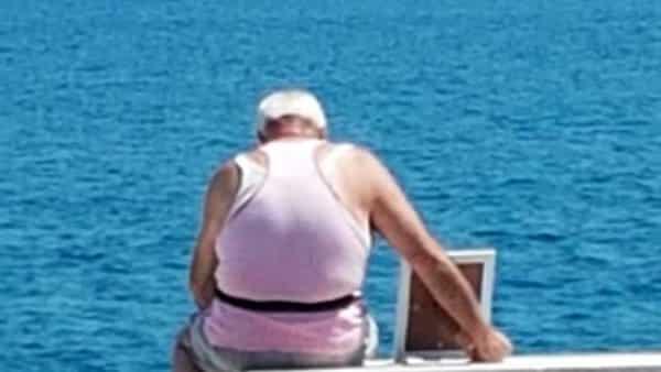 Porta la moglie (in foto) a guardare il mare: il gesto d'amore infinito di un anziano