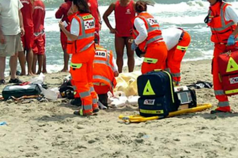 Puglia, attimi di terrore, mare un po' mosso madre e figlia piccola stavano annegando, salvati da due bagnini eroi