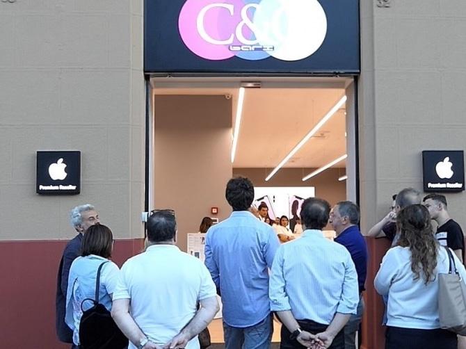 Bari, per evitare una multa non vede vetrata uscita dell'Apple Store di corso Vittorio Emanuele e la frantuma in mille pezzi, ferito gravemente