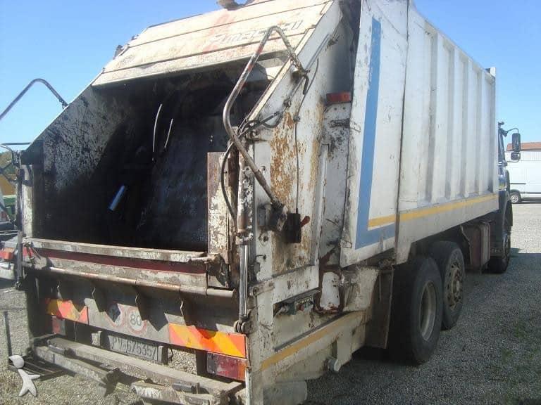 Bari tragedia all'alba, al lavoro sull'autocompattatore dei rifiuti, il conducente muore schiacciato