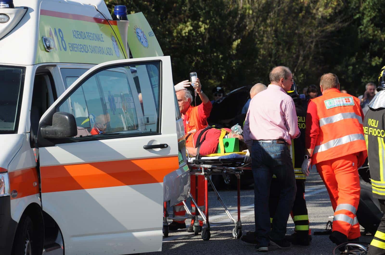 Caricano donna ferita in ambulanza e affidano la figlia di 3 mesi a sconosciuti