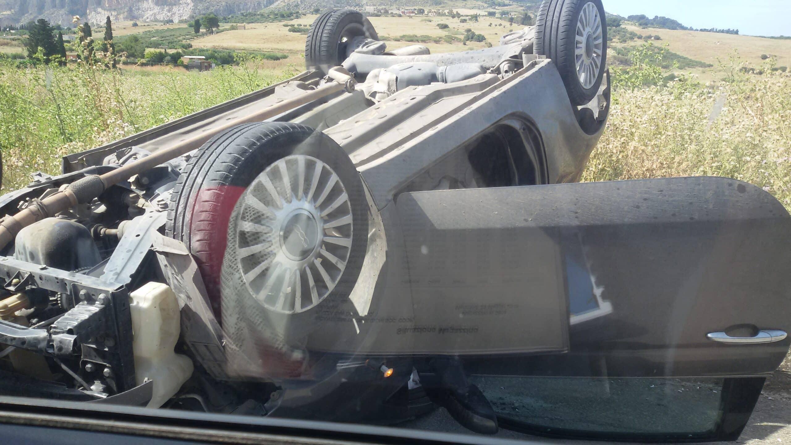 Bari SS16 auto si ribalta dopo che il conducente di un'altra auto la impatta