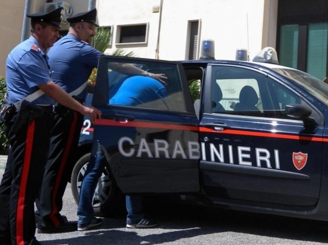 Bari momenti di terrore, uomo armato si è barricato in casa con una donna, sul posto carabinieri e ambulanze, non si sa ancora cosa sta succedendo in casa.