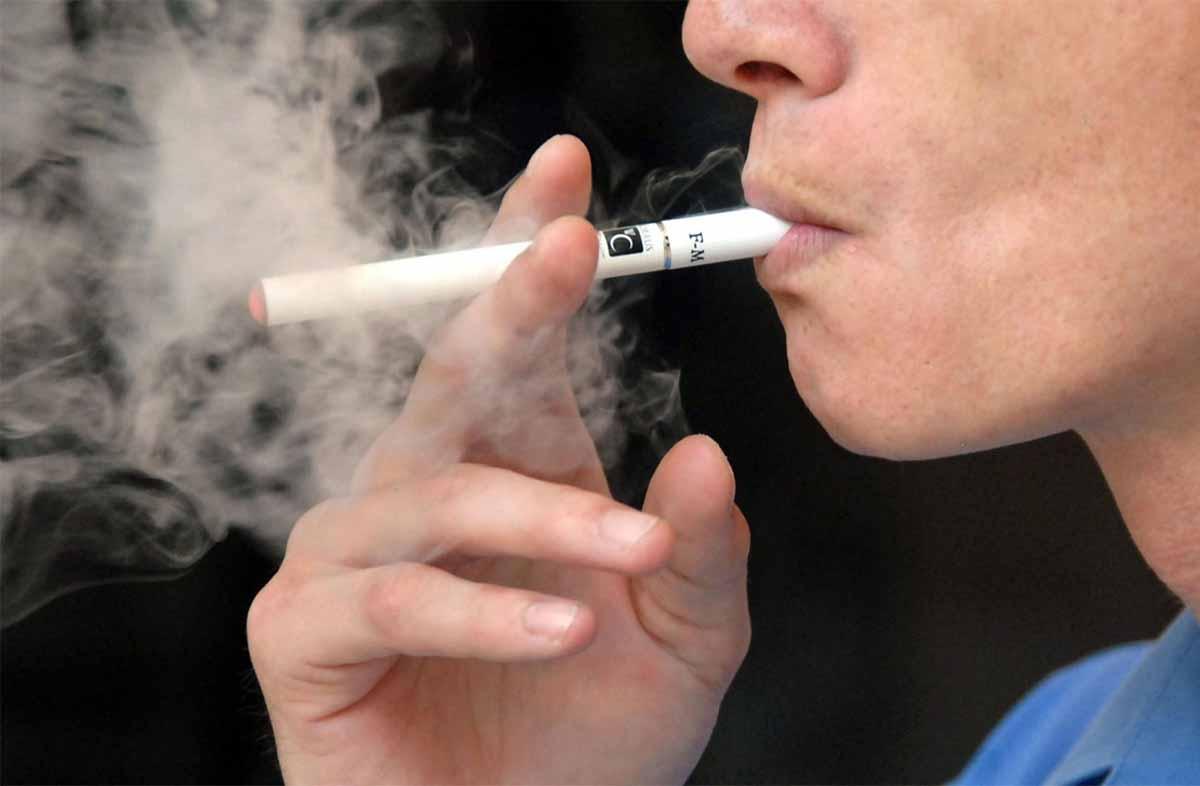 Il co-pilota fuma la sigaretta elettronica in volo: atterraggio di emergenza