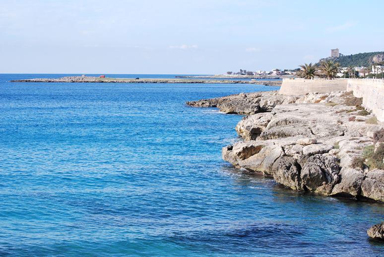 Puglia tragedia, passeggia sul bagnasciuga, si accascia e muore