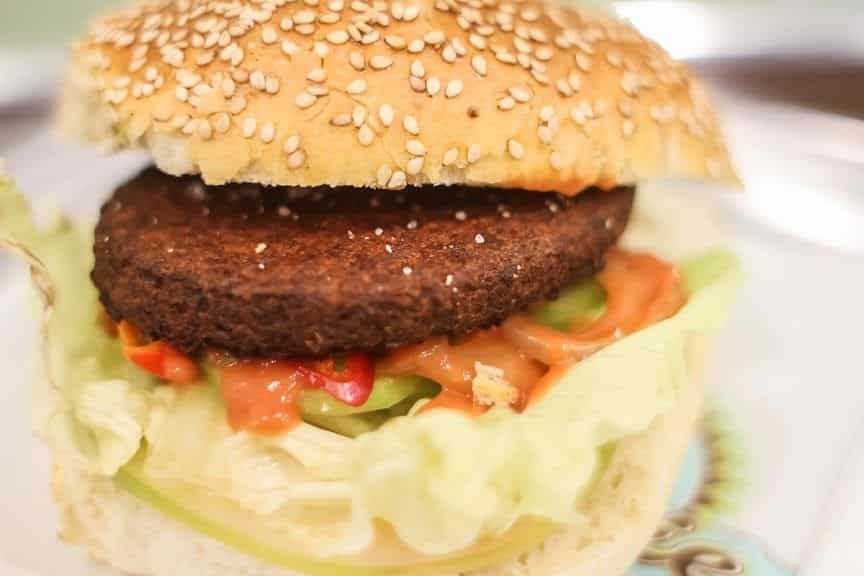 Il boccone dell'hamburger gli va di traverso, bagnino soffoca e muore
