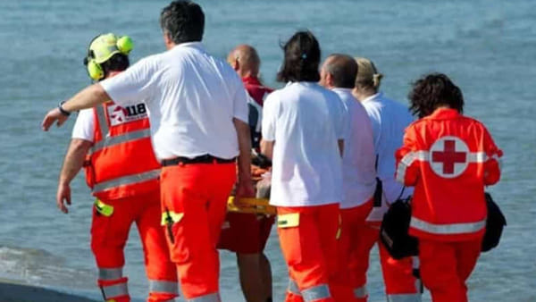 Puglia l'ultimo atto d'amore di un padre, salva la figlia che stava annegando ma non riesce a tornare a riva per un malore